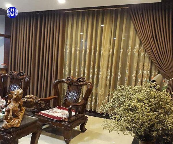 Mẫu rèm vải đẹp đồng màu với bộ ghế gỗ phòng khách