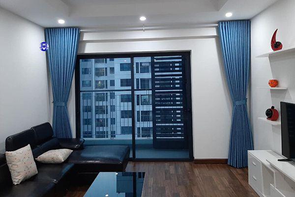 Mẫu rèm vải kéo hai bên phòng khách chung cư tiện lợi dễ sử dụng