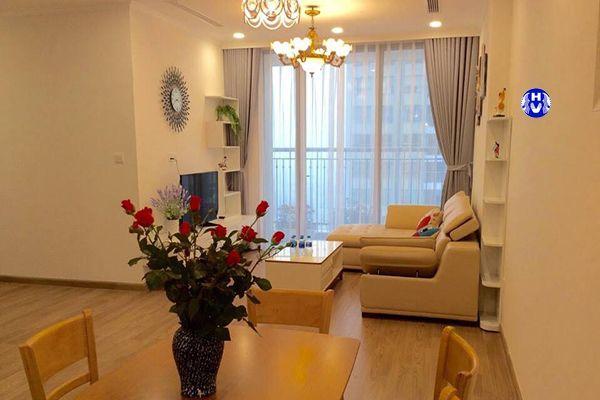 Mẫu rèm vải màu ánh bạc phòng khách chung cư cho vợ chồng trẻ