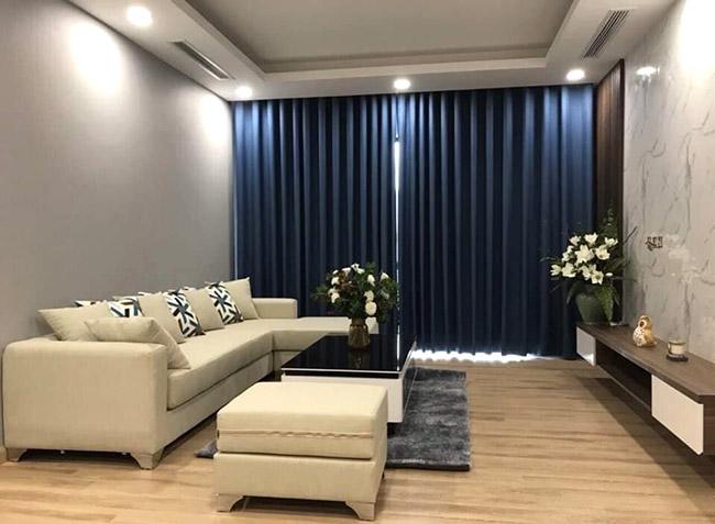 Nhìn từ góc độ chính diện màu xanh tấm rèm tạo sức hút chiều sâu căn phòng