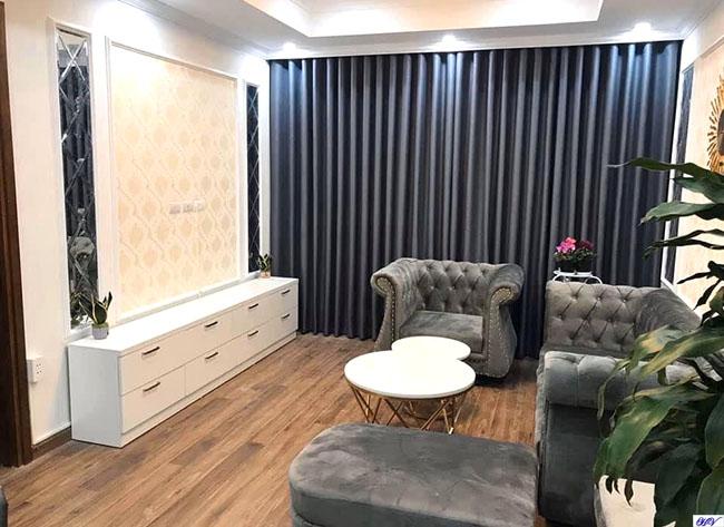 Phòng khách chung cư các kiến trúc sư thường sử dụng rèm gam màu ấm