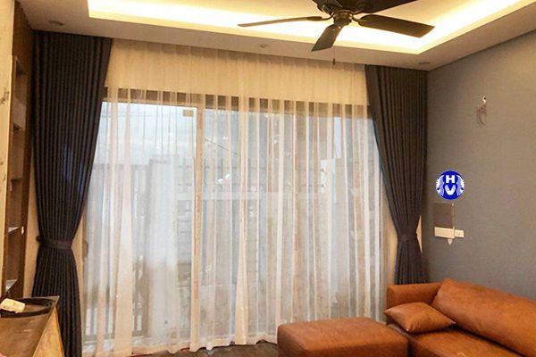 Rèm cửa lắp âm trần màu xám kiến tạo ánh sáng dịu phòng khách hiện đại hơn