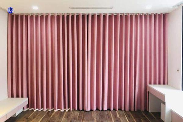 Rèm cửa màu hồng che nắng phòng khách nhà chung cư