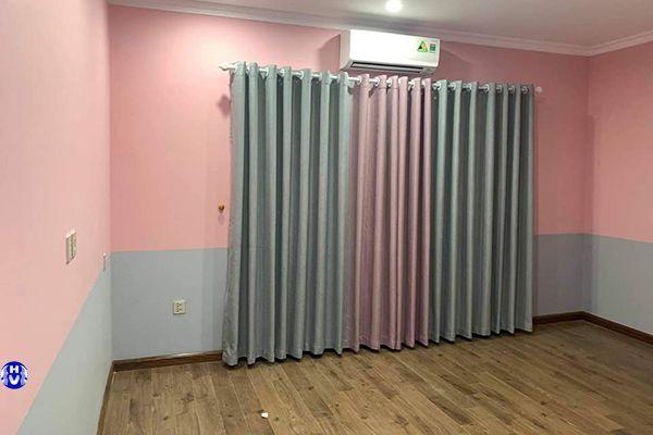Rèm cửa sổ phòng ngủ đẹp trùng màu sơn tường