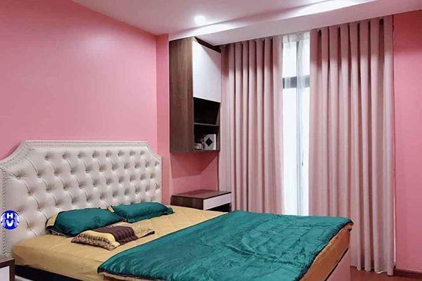 Rèm cửa và sơn tường phòng ngủ cùng màu hồng tăng thêm cảm xúc tình yêu