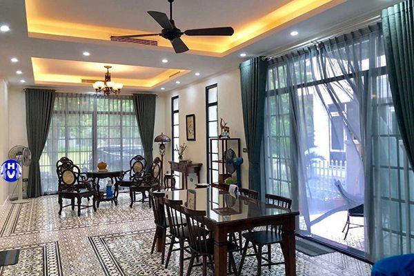 Rèm vải 2 lớp đẹp kết hợp bàn ghế xưa phòng khách giúp mềm hóa không gian