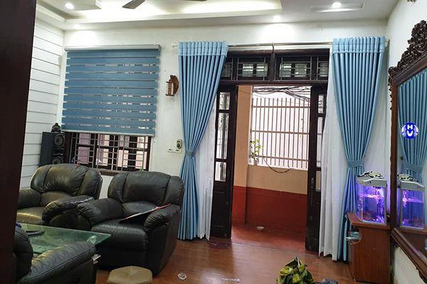 Rèm vải chống nắng cửa ra vào phòng khách nhà phố