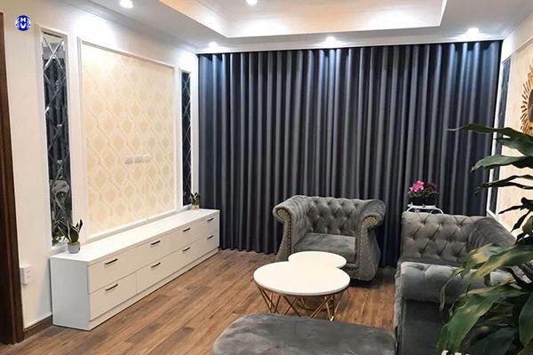 Rèm vải cửa sổ màu xanh đậm kết hợp sofa nội thất tân cổ điển