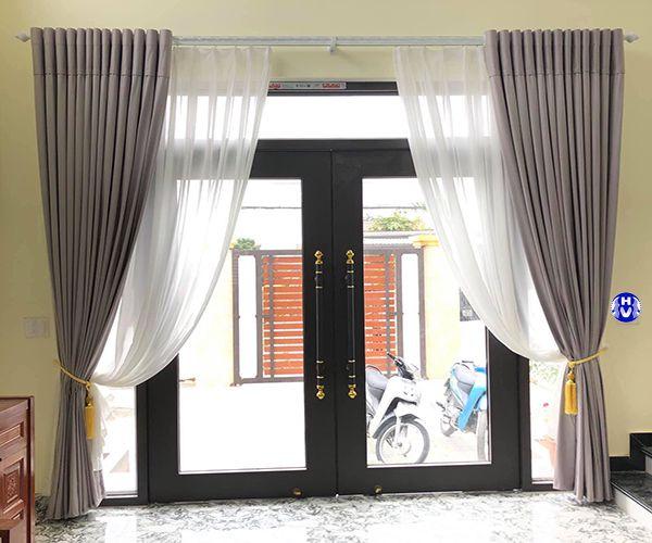 Rèm vải đẹp ra vào cửa phòng khách nhà phố
