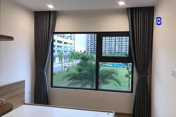 Rèm vải màu xám tạo sự bình yên nhã nhặn cho căn phòng ngủ chung cư
