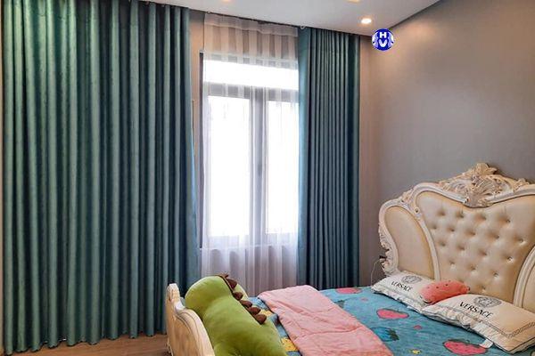 Rèm vải màu xanh cửa sổ phòng ngủ chung cư mang đem đến sự lạc quan tươi mới