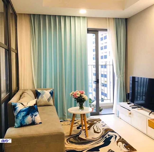 Sắc xanh nước biển từ rèm cửa mang đến sự nhấn nhá tô điểm thêm căn phòng