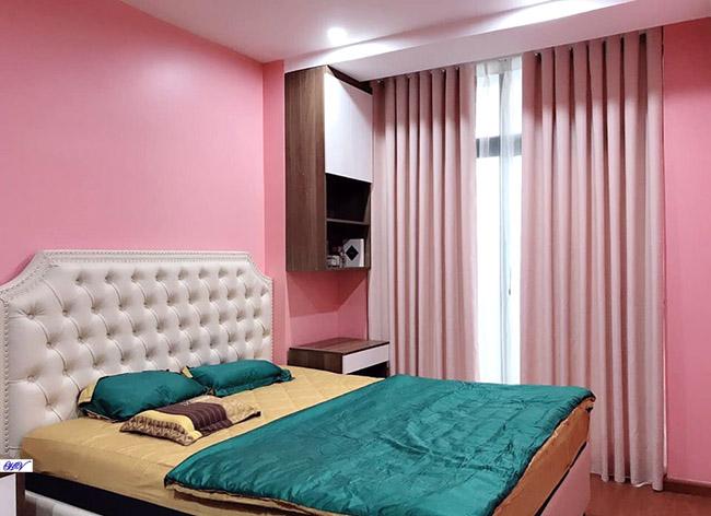 Sơn tường và rèm màu hồng tăng thêm cảm xúc tình yêu cho các cặp vợ chồng