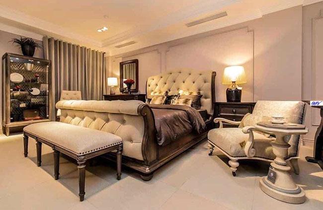 Sức hút căn phòng ngủ là sự kết hợp màu sắc tương đồng rèm cửa với nội thất
