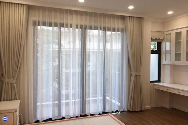 Rèm vải cửa sổ phòng ngủ chung cư thiết kế theo phong cách nội thất hiện đại