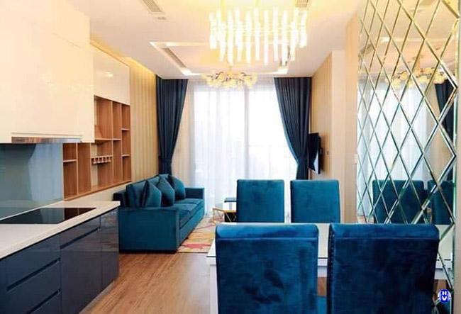 Căn phòng khách trở lên sang trong hơn với chất liệu cao cấp rèm cửa và sofa