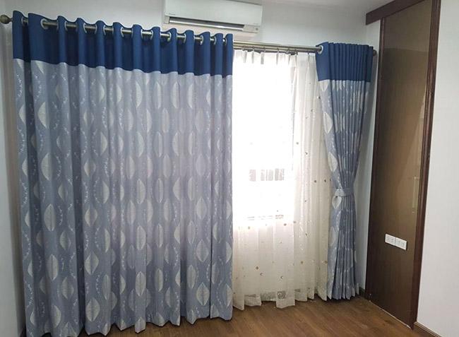 Căn phòng như được làm mới bằng mẫu rèm cửa hoa văn kẻ sọc