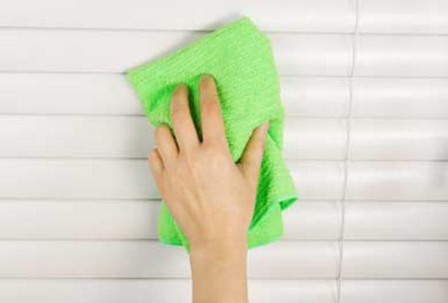 Dùng khăn sạch vệ sinh lần cuối bề mặt rèm