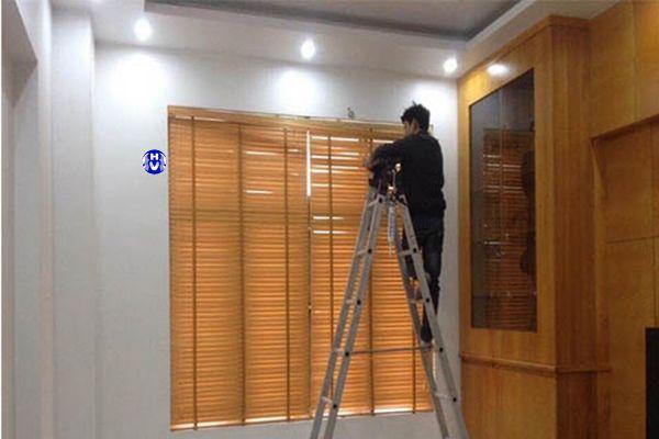 Lắp rèm sáo gỗ bên trong cửa sổ chắn sáng cho ngôi nhà
