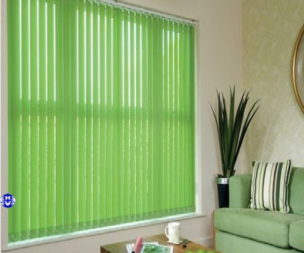 Rèm che cửa sổ bằng nhựa lá dọc màu xanh trẻ trung nơi làm việc