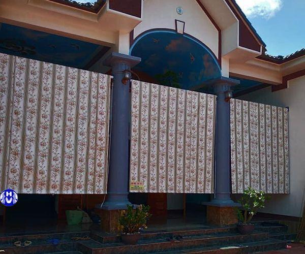Rèm che mưa bảo vệ chống thấm cửa ra vào ngôi nhà