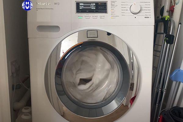 Rèm cửa giặt xong được sấy khô bằng máy