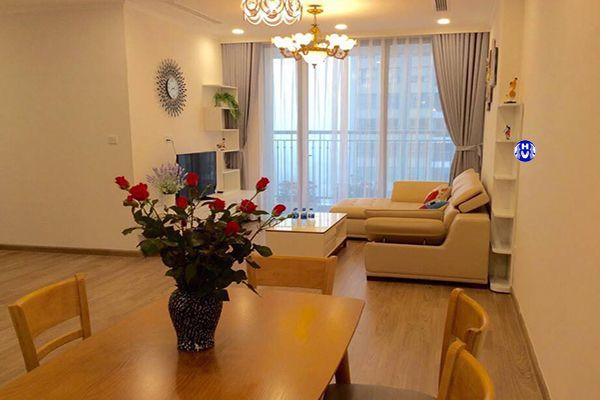 Rèm cửa màu xám kết hợp ghế sofa màu kem phòng khách