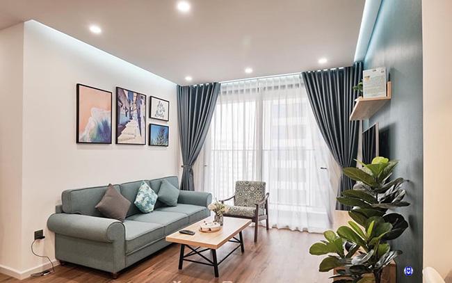 Rèm cửa trơn kết hợp bộ sofa nỉ đem đến nét hiện đại cho phòng khách