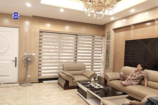 Rèm cuốn cầu vồng màu ghi phối sofa phòng khách