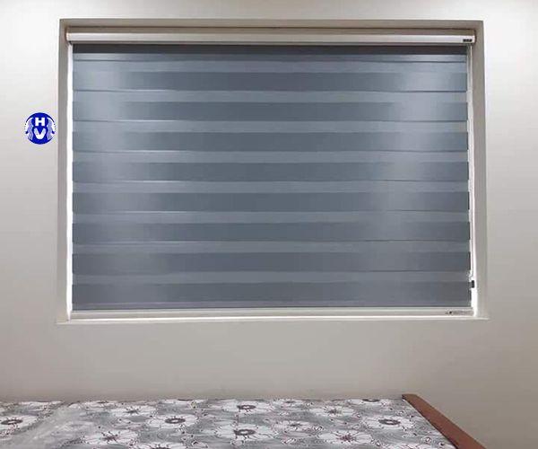 Rèm cuốn cửa sổ nhỏ màu xanh dương tinh tế lắp phòng ngủ