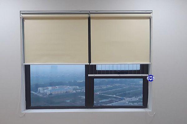 Rèm cuốn nhựa che cửa sổ phòng ngủ
