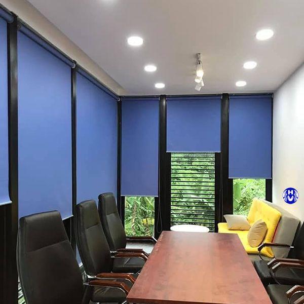 Rèm cuốn trơn màu xanh phù hợp phòng tiếp khách để lại ấn tượng công ty