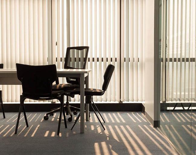 Rèm lá dọc rất linh hoạt khi sử dụng tại các nơi công sở
