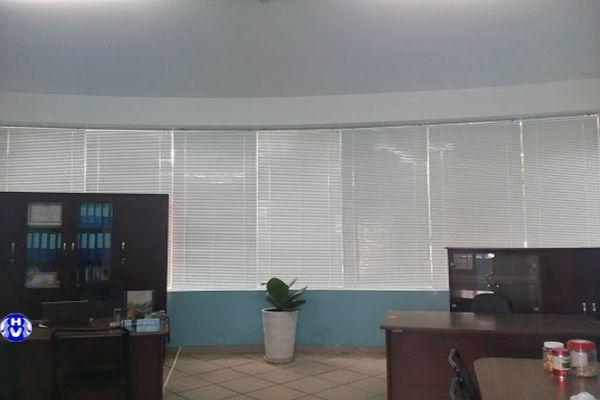 Rèm nhựa lá lật màu trắng tại trụ sở công ty