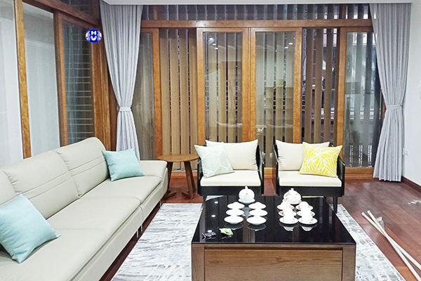 Rèm vải cùng sofa đều màu ghi sáng