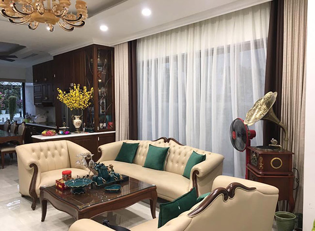 Sự hài hòa về màu sắc rèm cửa với sofa tạo điểm nhấn sức hút cho căn phòng