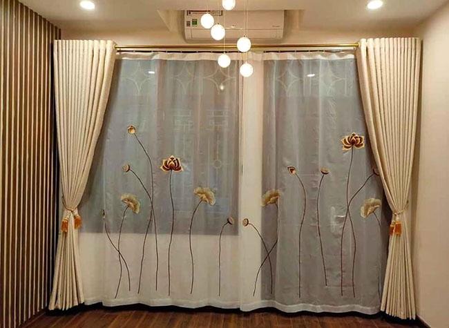 Tấm rèm cửa trở lên mềm mại hơn với những bông sen thêu tay