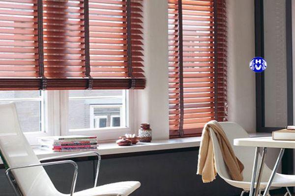 rèm cửa sổ gỗ giá rẻ lá ngang chung cư hiện đại