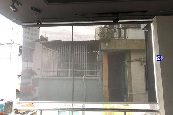 Rèm cuốn lưới cản nắng lắp mái hiên nhà tập thể