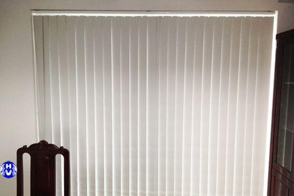 rèm nhựa lá dọc màu trắng được lắp đặt nhiều nhất nơi công sở
