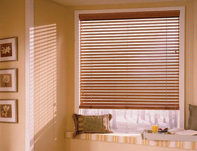 Chất liệu gỗ tự nhiên làm lên mẫu rèm sáo cửa sổ