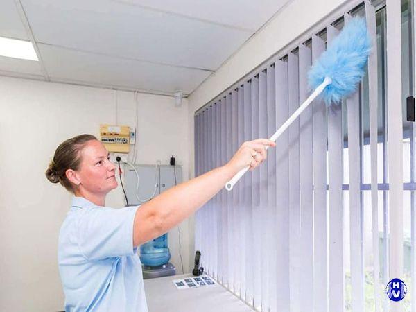 Dùng chổi vệ sinh hàng tuần rèm cửa lá dọc văn phòng