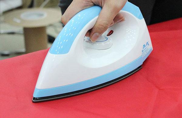 Dùng sức nóng bàn là để tẩy vết kẹo cao su