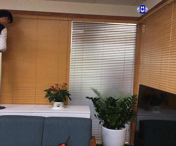 Hình ảnh lắp đặt rèm lá lật giả nhựa phòng nhân viên