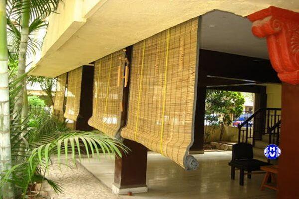 Hình ảnh rèm bằng trúc che bụi cản nắng bên ngoài nhà hàng