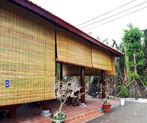 Hình ảnh rèm cuốn bằng trúc che mái hiên nhà gỗ sân vườn