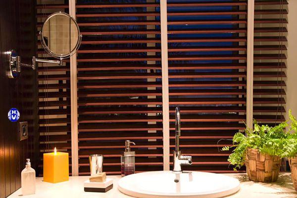 Mành sáo gỗ phòng vệ sinh che chắn hiệu quả an toàn
