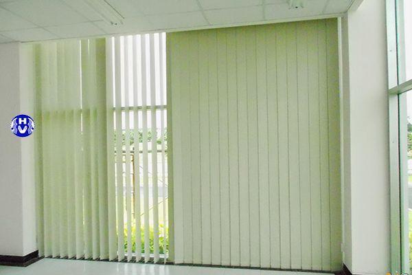 Mẫu rèm cửa lá dọc trang trí màu sắc xanh tự nhiên