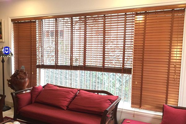 Mẫu rèm gỗ cuốn lá ngang phòng khách gia đình