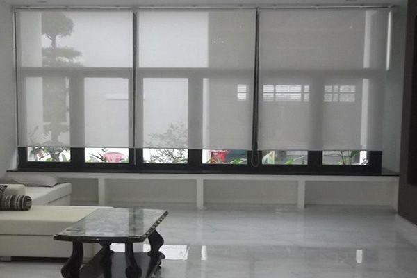 Mẫu rèm lưới chắn nắng cửa sổ phòng khách gia đình